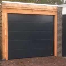 Elektrische sectionaaldeur van Novoferm met Douglas houten kozijnwerk